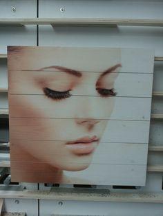 Wonderschoon! Alle facetten van het gezicht haarscherp geprint op hout. #beauty