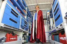 In anteprima la campagna pubblicitaria di Syncro System Belgio per l'autunno 2013: la foto rappresenta un montatore Syncro System vestito con i simboli reali (mantello cremisi e corona gemmata) all'interno del suo regno, il furgone allestito.