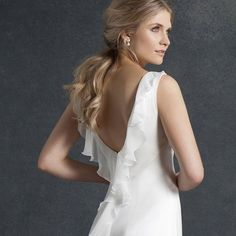 Wedding Inspiration from EmmaHuntLondon X Less is more. Our Alba dress from the Echo Collection #weddings #weddingdress #huntthatdress #elegantsimplicity #bride