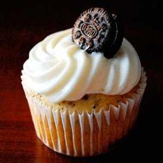 Receta para hacer Cupcakes de Oreo. Cómo preparar la mejor receta de Cupcakes de galleta Oreo con cobertura de frosting de Oreo de una forma fácil.