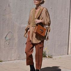 """""""Every season has its lipstick trends, and just because your perfect color is a pinky beige, that doesn't mean you can't wear burgundy"""" 💋… Vs Models, Older Models, Safari, Dark Autumn, Advanced Style, Blonde Women, Style Snaps, Street Outfit, Fashion Over 50"""