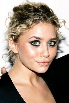 We rounded up the most iconic Ashley Olsen hairstyles for your viewing pleasure. Celebrity Skin, Celebrity Makeup, Ashley Olsen Hair, Mary Kate Ashley, Tight Curls, Easy Hairstyles, Hairstyles 2018, Hair Looks, Hair Trends