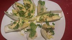 Endibias con aguacate, pimienta negra, cilantro, lima y alcaparras