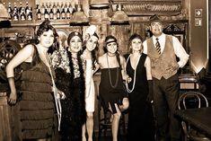 Como fazer uma festa dos anos 20. Está a fim de montar uma festa ao mais puro estilo anos 20? A década de 1920 foi fascinante, conhecida pelos bares clandestinos, os vestidos com franjas e o nascimento do jazz como estilo musical. Que...