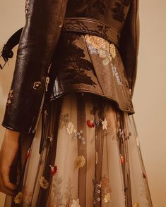 "Polubienia: 5,953, komentarze: 26 – Alexander McQueen (@alexandermcqueen) na Instagramie: ""A pieced and panelled floral embroidery and jacquard leather frock coat worn over a silk and…"""