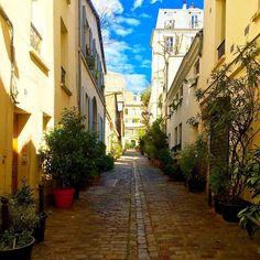 Oui c'est une petite rue à Pigalle par un beau soleil hier#BESTSHOTZ_FRANCE #bestshotz_landscap #butterfly_hdr #france_greatshots #great_captures_hdr #great_captures_city #hello_france#hdr_captures # #hdr_turk #hdr_pics #hdr_dr #infinity_hdr #infinity_shotz #o by dominique_bazire