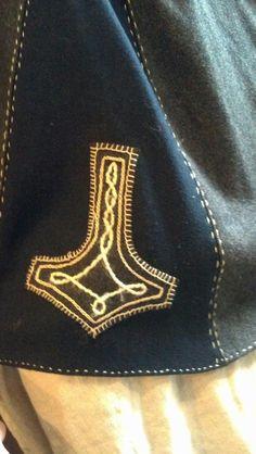 Costume Viking, Viking Garb, Viking Dress, Medieval Costume, Medieval Embroidery, Embroidery Applique, Embroidery Stitches, Embroidery Patterns, Viking Ornament