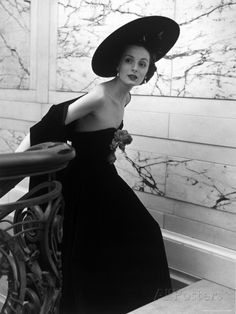 Restaurant Fashions: Cartwheel Hat, Strapless Evening Dress and Stole by Nina Leen Glamour Vintage, Vogue Vintage, Vintage Beauty, Vintage Chanel, 50s Glamour, Vintage Paris, Foto Fashion, 1940s Fashion, Fashion History
