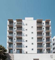 Travessa do Carmo - projeto desenvolvido pelos arquitetos Letícia Zanesco e Italo Galeazzi. Conjunto Residencial formado por duas torres, localizado no bairro Cidade Baixa, em Porto Alegre, RS. O projeto foi desenvolvido pensando em moradores que usufruam das facilidades do bairro e da proximidade ao Campus Central da UFRGS. A Torre 01 possui seis pavimentos e apartamentos de dois dormitórios, enquanto a Torre 02 foi projetada com oito pavimentos com apartamentos de um dormitório.
