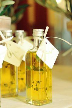 Spanisch geht es bei dieser Hochzeit zu - mit spanischem Olivenöl und Sherry als Gastpräsent - www.tischleinschmueckdich.de