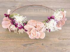 Corona de flores rosa, morada, verde y blanca