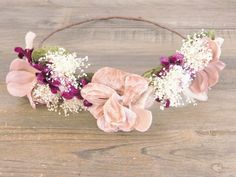 Corona de flores rosa, morada, verde y blanca Felt Flowers, Diy Flowers, Vintage Flowers, Flowers In Hair, Minnie Mouse First Birthday, Headband Tutorial, Bridal Crown, Crown Hairstyles, Glamorous Wedding