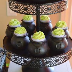 21 Halloween Baby Shower Ideas for Boys and Girls - Party Ideas - Halloween Film, Spooky Halloween, Halloween Tafel, Halloween Bebes, Halloween Party, Halloween 2019, Halloween Stuff, Otoño Baby Shower, Baby Shower Cakes