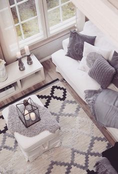sala de estar decorada com tapete cinza, preto e beje, sofá branco aom almofada… Living room with gray carpet, black and beige, white sofa cushions in gray Home Living Room, Apartment Living, Living Room Designs, Living Room Decor, Decor Room, Living Room Carpet, Living Room Inspiration, Home Decor Inspiration, Decor Ideas