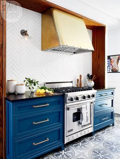 Designer Philipe Cote Style at Home Bistro Style Kitchen Kitchen Interior, New Kitchen, Kitchen Design, Kitchen Decor, Kitchen Stove, Style At Home, Parisian Kitchen, French Bistro Kitchen, Blue Kitchen Cabinets