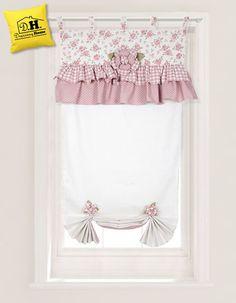 La dolce e romantica tenda finestra 60 x 160 della collezione Rose Couture sulle delicate tonalità del rosa antico e del bianco.