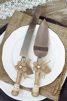 Boda rústica flautas tostado y corte de pastel con flores de arpillera, guita y cordón del ganchillo. Añadir un toque hermoso a cualquier boda al aire libre, boda occidental de país, granero de la boda, boda de estilo rústico. Conveniente como regalo de bodas.  Este sistema contiene: -2 champagne flautas tostados (22,5 cm de altura / / aprox. 8,9) -1 cuchillo de corte de la torta (32.5 x 2,5 cm / / aprox. 13 x 1) -servidor de la torta 1 (5 x 27,5 cm / / aprox. 11...
