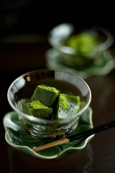 Warabi Mochi with Matcha Topping. Warabi Mochi is a traditional Japanese dessert made from starch derived from ferns. Japanese Sweets, Japanese Food, Japanese Matcha, Asian Desserts, Asian Recipes, Desserts Japonais, Japon Tokyo, Kyoto Japan, Mochi