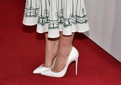Detalhes do scarpin branco de Emilia Clarke