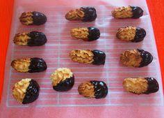 Σπιτικά βουτήματα-Συνταγή       Γεμιστα μπισκοτα γεμιστα με μαρμελαδα και επικαλυψη     σοκολατας.         Μπουκιτσες μπισκοτου βανιλια...