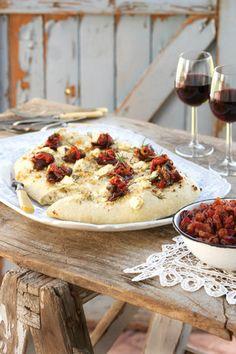 Smoked springbuck carpacio with garlic and feta flat bread Fall Recipes, Snack Recipes, Dessert Recipes, Cooking Recipes, Snacks, South African Dishes, South African Recipes, Delicious Desserts, Yummy Food