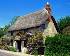 Thatched cottage in Wiltshire. Credit JohnPickenPhoto