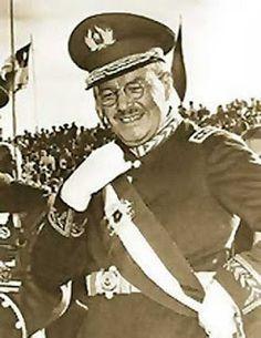El Coronel Carlos Ibañez del Campo que fue ministro en gabinete del Presidente Emiliano Figueroa es elegido Presidente de la República el día 22 de mayo de 1927, durante su mandato de tres años logro realizar algunas obras como la creación de Carabineros de Chile ( 1927 ); Fuerza Aérea Nacional ( 1930 ), unificando las aviaciones del Ejercito y la Armada de Chile y creando el Comando en Jefe del Ejercito de Chile en el año 1931, renunciando a la magistratura el día 26 de julio de 1931. Gold Money, Armada, Captain Hat, America, Hats, Police Officer, World, Story Characters, Fantasy Weapons