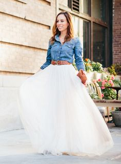 Fashion Staple Used: Tulle Skirt Earlier this week we talked about a beach chic wedding. But another dress code that's becoming more and more popular is the rustic wedding. Think of getting married in Denim Wedding Dresses, Tulle Wedding Skirt, Pink Tulle Skirt, Country Wedding Dresses, Western Dresses, October Wedding Dresses, Vestidos Country, Dress Code, Winter Outfits Women