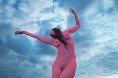 Γυμνές Ονειρικές Εικόνες που Εξερευνούν το Γυναικείο Σώμα και τη Φύση