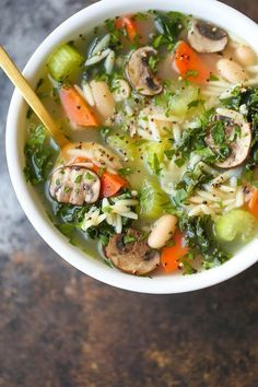 Detox Chicken Soup - Cleansing immune-boosting soup packed with all the good stuff (kale mushrooms celery carrots etc.) without compromising any taste! Detox Chicken Soup, Chicken Soup Recipes, Healthy Chicken Recipes, Cooking Recipes, Healthy Soups, Chicken Soups, Healthy Detox Soup, Cabbage Chicken Soup, Eating Healthy