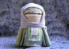 ЗЕРНОВУШКА (Zernovushka) es una muñequita de trapo rusa que se hace a mano para regalar. Tradicionalmente se rellena de los primeros granos de la siembra y simboliza la abundancia, por eso es una m…