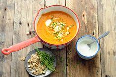 Deze vegetarische maaltijdsoep zal ook bij de kinderen in de smaak vallen. Door de groenten in de oven te roosteren, worden ze extra zoet - Recept - Allerhande