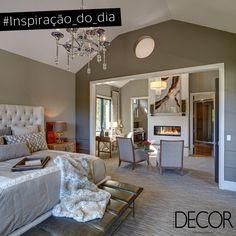 Aconchego e requinte estão em evidência neste amplo dormitório. Com décor acolhedor, a paleta de cores é composta por tons neutros. Destaque para a lareira na área de estar integrada ao ambiente e, também, para os imponentes lustres.