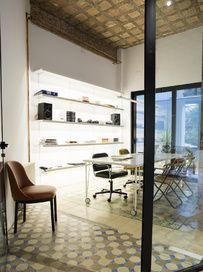 En un piso barcelonés de los 20 con molduras y suelos de mosaico, el arquitecto alemán Georg Kayser ha puesto en práctica su fórmula magistral: buen 'vintage', arte y muebles rescatados de la calle.