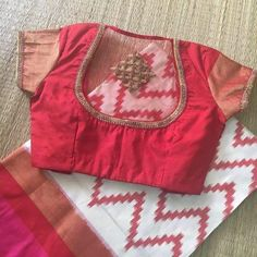🌸Sstun Crepe saree with designer blouse🌸 . Simple Blouse Designs, Silk Saree Blouse Designs, Stylish Blouse Design, Bridal Blouse Designs, Saree Blouse Patterns, Designer Blouse Patterns, Blouses, Work Blouse, Blouse Models