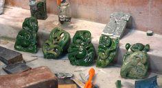 Niki Nepia est un sculpteur de pounamu, aussi connue sous le nom de jade. Cette pierre est chargée d'histoires et de spiritualité pour le peuple maori. Amazing, Culture, Maori, People, Stone