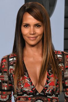 From bald buzz cuts to long flowing locks, we're looking at celebrities look like with and without hair. Whether they have short hair or long hair, these stars look beautiful, but that doesn't mean that their hair length doesn't change their appearance. Halle Berry Hot, Halle Berry Long Hair, Halle Berry Style, Beautiful Celebrities, Beautiful Actresses, Hale Berry, Brown Image, Dramatic Hair, Aging Backwards