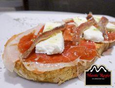 Disfruta de una deliciosa tostada ibérica con queso fresco y anchoas del cantábrico ¡Irresistible! www.monteregio.com