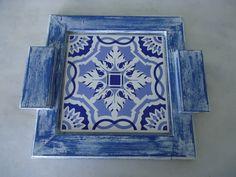 Bandeja em pátina azul e branco com detalhe de azulejo . www.elo7.com.br/esterartes