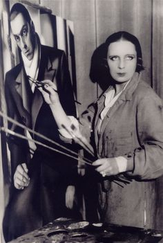Tamara de Lempicka in front of the portrait of her husband Tadeusz, 1928