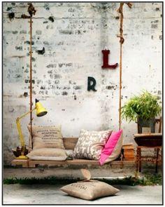 AMO todo! la pared desgastada, el columpio, los colores neutros y pop de neon
