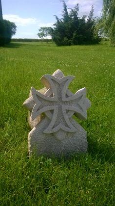 Croix de malte en pierre. Haute de 45 centimètres
