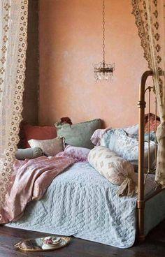 elegantes Vintage Schlafzimmer mit Boho Kissen