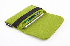 IPhone Case Sleeve (med bred strikk for feste) Felt Phone Cases, Felt Case, Ipod Touch Cases, Bling Phone Cases, Felted Wool Crafts, Felt Crafts, Creation Couture, Fabric Bags, Felt Diy