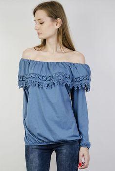 Niebieska bluzka z hiszpańskim dekoltem i zdobieniami