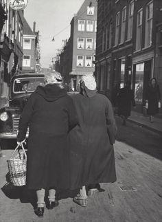 """ Doing some shopping, Eerste Lindendwarsstraat "" Amsterdam, about 1949-1954. photo: Kees Scherer"