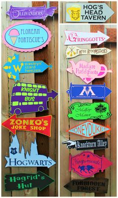 Whimsical Harry Potter inspired directional signs, perfect for any Harry Potter themed party! Party Harry Potter, Cumpleaños Harry Potter, Mundo Harry Potter, Harry Potter Classroom, Harry Potter Bedroom, Harry Potter Halloween, Harry Potter Christmas, Harry Potter Wedding, Harry Potter Birthday