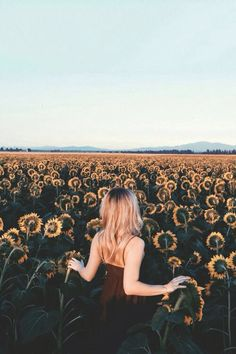 girl, sunflower, and flowers Bild Tumblr Photography, Portrait Photography, Nature Photography, Sunflower Photography, Photography Flowers, Sunflower Fields, Foto Pose, Favim, Photo Instagram