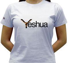 Camiseta com o nome de Jesus escrito em Aramaico, e ilustrado com o São João da Cruz - obra de Salvador Dali.