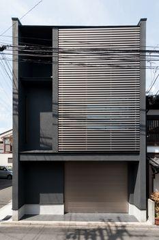 Minimalist Bedroom Ideas and Inspiration Minimalist Architecture, Facade Architecture, Residential Architecture, Contemporary Architecture, Contemporary Design, Exterior Design, Modern Exterior, Townhouse Designs, Narrow House